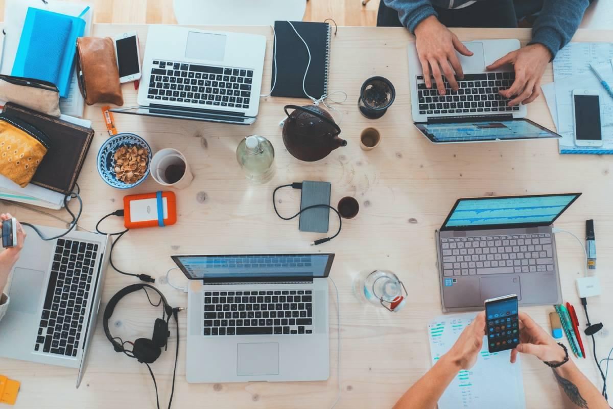 zespol ludzi pracujący w biurze