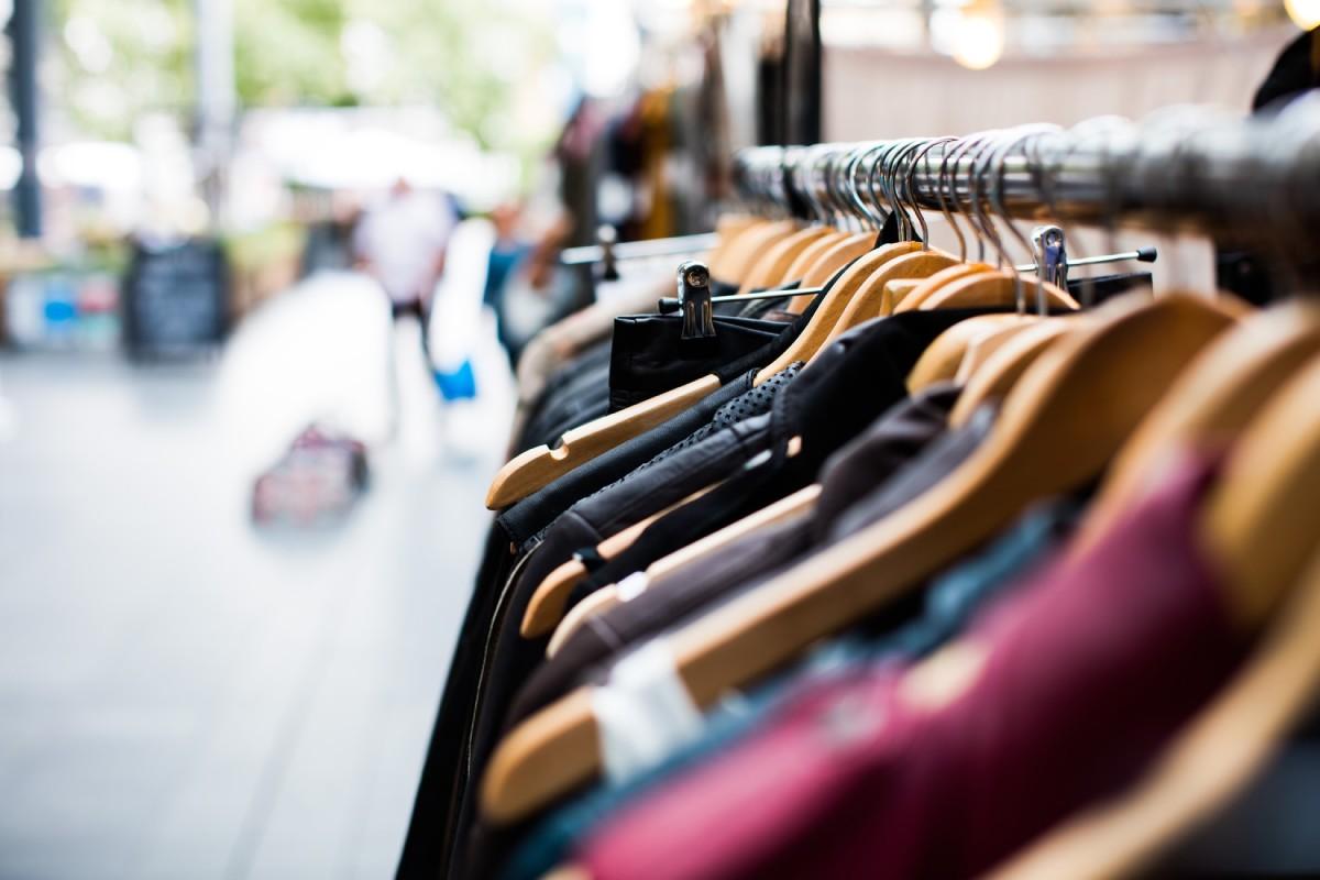 wieszak z ubraniami w sklepie