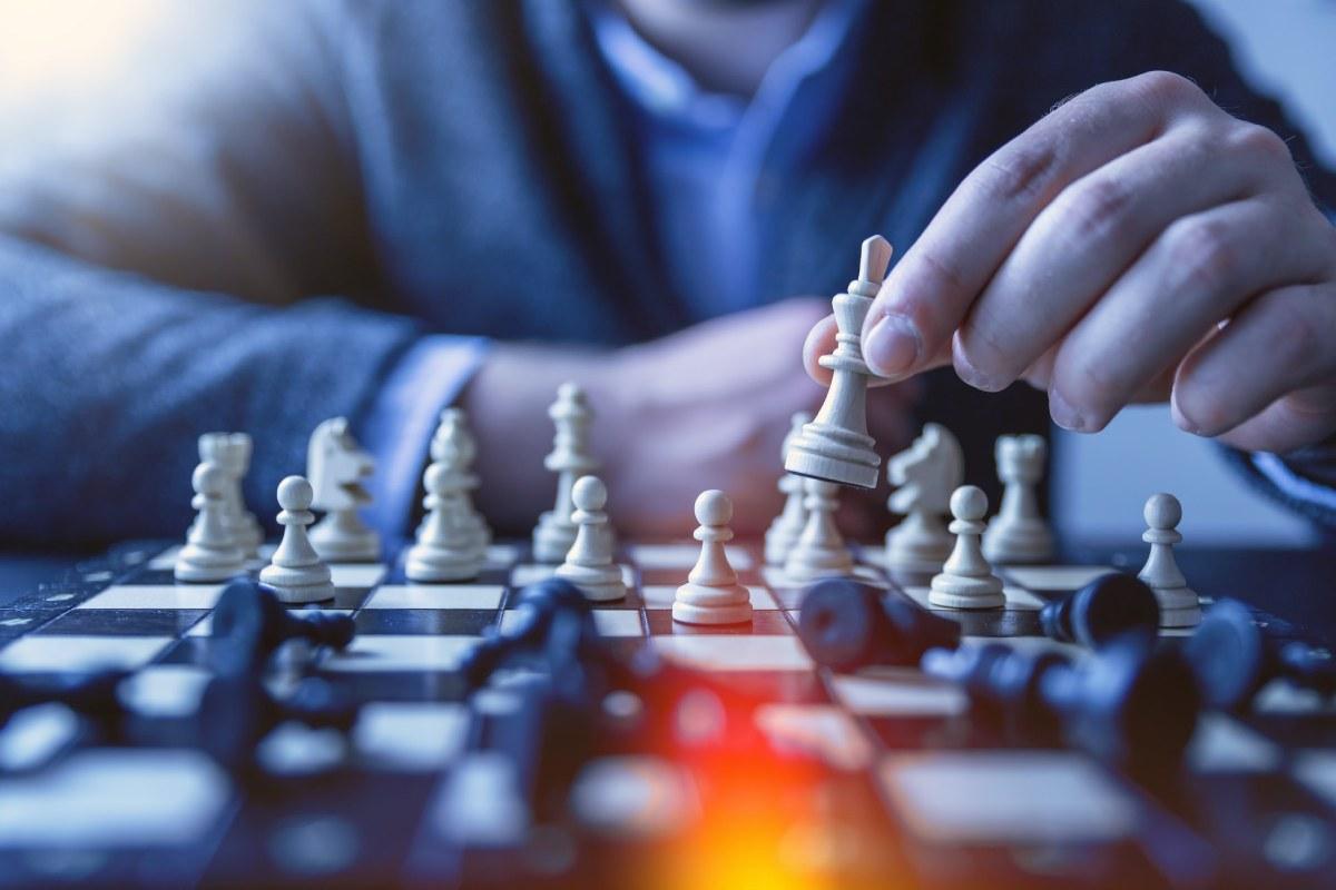 mezczyzna gra w szachy