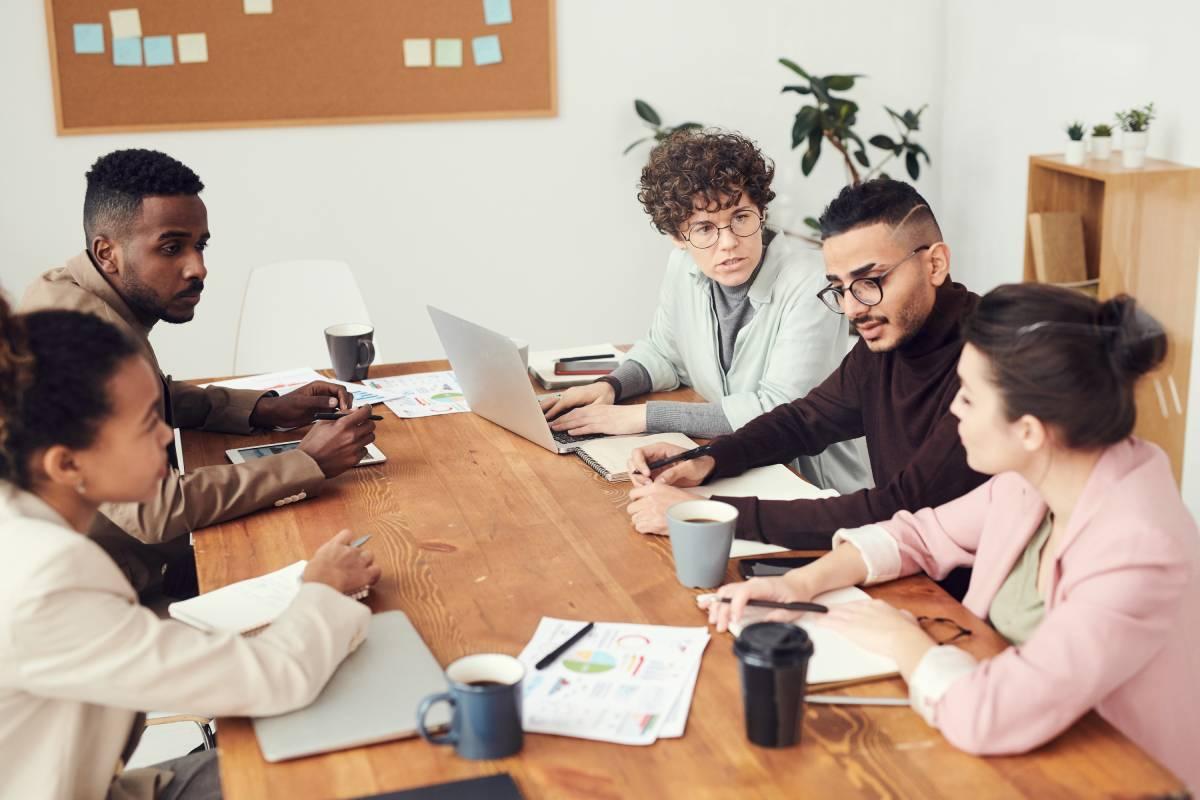 pięć osób podczas spotkania w firmie